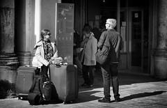She noticed something interesting (Just Ard) Tags: woman man case venice italy people person street photography candid unposed mono monochrome bw blackandwhite noiretblanc biancoenero schwarzundweis zwartwit blancoynegro  justard nikon d750 85mm