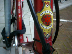 Union balhoofdplaatje (head badge, écusson sur potence), Amsterdam, Chasséstraat, 06-2011 (Jacques Mounnezergues) Tags: street red people urban classic amsterdam bicycle vintage rouge candid traditional union streetphotography streetlife streetscene oldtimer spotted rue jakob rood fahrrad gents vélo homme fiets ancien roadster streetshot straat plaatje marque meerbusch vintagebicycle headbadge stadsarchief instantané traditionnel gespot scènesderue straatfotografie croisé teeuwen potence straatleven straatfoto classicbicycle écusson straatscene herenfiets balhoofd oudefiets balhoofdplaatje chasséstraat photodanslarue vélohomme oudeherenfiets gentleman'sbicycle vintagegentleman'sbicycle classicgentleman'sbicycle vélohommeancien têtedefourche prisdanslarue stratenvanamsterdam inthestreetsofamsterdam