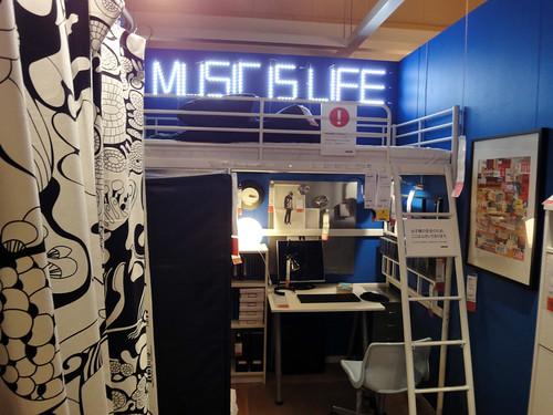一人暮らしに最適なロフトベッドを使用した部屋と題した写真