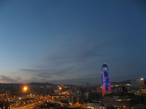 Torre Agbar iluminada al atardecer