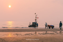 Y1504.0414.Hi Ha.Tnh Gia.Thanh Ha (hoanglongphoto) Tags: morning sea sky people sun seascape beach water skyline sunrise canon landscape asian boat asia outdoor vietnam sands pinksky bin ngi seasurface phongcnh butri mttri nc thanhha boach thuyn bnhminh vietnamlandscape ngoitri phongcnhvitnam tnhgia bnhminhtrnbibin chu ngnam sunriseoverthebeach bict bbin hithnh buisng canonef50mmf12lusmlens bintnhgia hiha binvitnam vietnamsea canoneos1dx chntri butrimuhng mtbin phongcnhbin