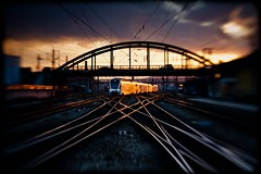 head-on train (TheOtherPerspective78) Tags: vienna wien railroad sunset station lensbaby track sonnenuntergang sundown platform tracks engine railway zug bahnhof rails gleise zge gleis schienen westbahnhof railjet lensbabycomposer theotherperspective78