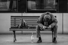 Esperando o comboio (Waiting for the train) (A. Paulo C. M. Oliveira) Tags: portrait blackandwhite bw portugal nikon retrato snapshot pb peoples porto pretoebranco gentes instantneo d3000
