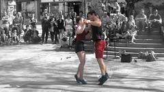 et un deux trois...et un deux trois... (mariej55quebec) Tags: red people woman man rouge artist femme crowd foule homme gens artistes vieuxqubec spectacle jongleur acrobates artistesderue amuseurs