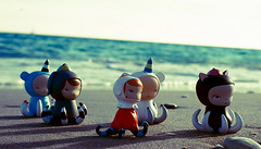 Scavengers army (2) (  Pounkie  ) Tags: sea mer beach toys sand sable ellie urbanvinyl plage winston scavengers designertoys aubrie vinyltoys kathieolivas marabel pounkiestoyscollection scavengersarmy exclusivewhitewinston