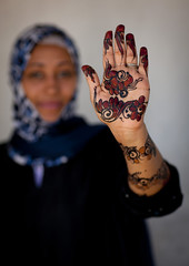 Henna designs on hand - Lamu Kenya (Eric Lafforgue) Tags: africa woman island hand kenya muslim culture unescoworldheritagesite afrika tradition henna lamu swahili afrique eastafrica qunia lafforgue hene  qunia  110040   kea   tradingroute a