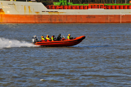 rotterdam speedboat nederland thenetherlands streetphotography yamaha maas tornado katendrecht straatfotografie rigidinflatableboat facemepls dekaap nikond300 coldweatherkit deelgemeentefijenoord 9889yl