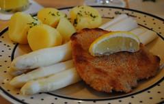 Essen ist fertig. (♥ ♥ ♥ flickrsprotte♥ ♥ ♥) Tags: zoo essen hannover schnitzel mittag kartoffeln spargel flickrsprotte gasthausmeyer