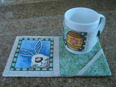 mug rug e caneca (Zion Artes por Silvana Dias) Tags: café quilt páscoa patchwork coelho caneca xícara chá mugrug tapetedecaneca zionartes