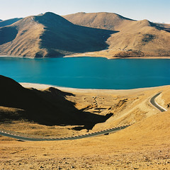 羊湖 (richardhwc) Tags: china 120 6x6 film mediumformat landscape kodak tibet bronica s2 tibetanplateau portra400 75mmf28 yamdroklake nikkorp