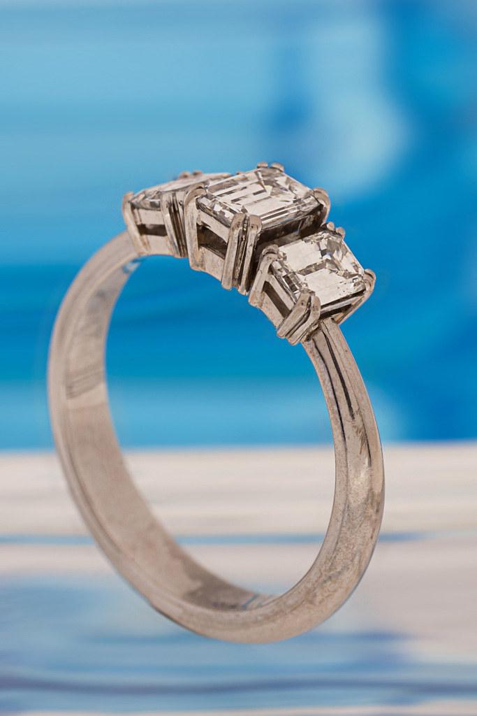 Smaragdihiontaiset timantit. Siron palladiumvalkokultaisen rungon  kruunaavat smaragdihiontaiset timantit. Design Annamari Ettilä 0d92a17e29