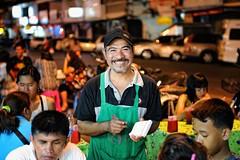 Thailand streetlife (Matthieu Verhoeven Fotografie ) Tags: people food thailand nikon market streetlife markt eten d3 mensen straatleven matthieuverhoevenfotografie