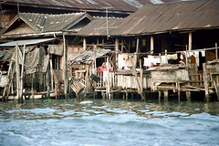 19-045 (ndpa / s. lundeen, archivist) Tags: houses homes people house color building film home water 35mm buildings thailand canal bangkok nick canals clothes thai watersedge clothesline 1970s 1972 19 1973 klong dewolf khlong klongs onstilts nickdewolf photographbynickdewolf khlongs builtonstilts reel19