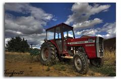 Descanso del guerrero (Tesyfonte) Tags: tractor rural pueblo nubes hdr ferguson adr massey masseyferguson wwwflickrcomtesyfonte