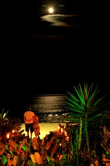 The Moon is for Lovers (guiceccatto) Tags: ocean moon love praia beach night mar sand areia amor orla couples cu romance lovers lua noite romantic moonlight casal romantico ondas luar beira apaixonado