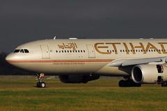 A6-EYM A330-243 Etihad Airways (eigjb) Tags: ireland dublin plane airplane airport aircraft abudhabi airbus reverse airways dub a330 airliner thrust etihad collinstown eidw a330243 120212 a6eym etd041 ey041