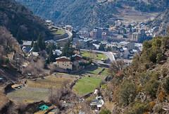 Sant Julia de Loria 2012 Une semaine au sommet d'Andorre: le tour d'Andorre avec le GRPais . Le parcours a été conçu afin d'admirer de l'intégralité des paysages des Pyrénées durant une semaine. Une fois le trajet accompli, le Ministère du tourisme vous délivrera un diplôme accréditant votre participation au GR. Andorre-la-Vieille, D'une superficie de 500 km², L'Andorre est l'un des plus grands des petits pays d'Europe. Son relief abrupt et montagneux est formé par 72 pics de plus de 200 mètres d'altitude, délimités par deux vallées oscillant entre 2.942 m (Pic de la Comapedrosa) et 838 mètres (point frontalier avec la catalogne). Ses particularités en font une destination idyllique pour participer à des excursions et réaliser des activités en pleine montagne.  Le GRPaís offre l'opportunité de parcourir Andorre en marche libre : Il s'agit d'un circuit d'environ 100 kilomètres sans passages difficiles ou dangereux coïncidant avec des tronçons du GR-7, GR-11 et des GRTransfrontaliers. Le GRPaís parcourt le pays dans son intégralité pour que  petits et grands aventuriers puissent admirer les paysages d'Andorre. Le circuit est divisé en 7 étapes, d'environ 14 km chacune, spécialement conçues pour pouvoir profiter de l'environnement naturel. Le parcours à été imaginé pour être réaliser en 6 ou 7 jours, en fonction des différents refuges présents sur le trajet.De fait, il s'agit du parcours proposant le plus de refuges de tout le pays : une quinzaine répartis tout au long du chemin sur des sommets ou dans des vallées. Le GRP dispose de 4 points d'accès : le village de Aixovall situé dans la paroisse de Sant Julià de Lorià, le village de Bordes d'Envalira de la paroisse d'Encamp, la vallée de Incles en Canillo et le village de Llorts située à Ordino.  Si l'on prend en compte le village d'Aixovall comme point de départ, le GPR se divise en sept étapes de même durée : 1. Aixovall- Refuge de Claror: durant cette première étape, les randonneurs traversent le village d'Aixovall