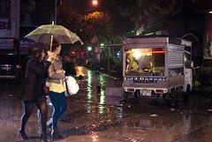 (Laura Febr Diciena) Tags: street food streets love rain fog night umbrella turkey lluvia nebel trkiye fastfood rainy niebla izmir sellers turqua kokoretsi kokore esmirna alsanak