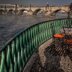 Vue sur le pont Charles (Lucille-bs) Tags: table europe prague terrasse praha pont chaise rpubliquetchque pontcharles 500x500 terrassedecaf
