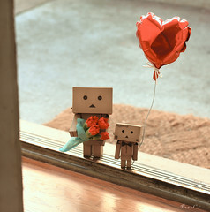 Special Valentines delivery (.OhSoBoHo) Tags: cute love canon 50mm dof heart sweet valentine doorway kawaii date bunchofflowers danbo amazoncojp cardboardrobot valentinesgifts canoneos40d danboard februarysalphabetfun danbolove ourdailychallenge danbophotography toyintheframethursday titft danbovalentine danbosballoon the