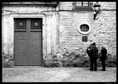 Trobada (Salva G.) Tags: barcelona portrait bw white black film blanco analog pen 35mm y kodak tmax retrato negro olympus bn negative single 400 frame scanned ft pelicula asa halfframe f18 35 blanc negre analogica retrat analogic 38mm singleframe analogico fzuiko pellicula