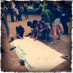 """Streetaction in Tel Aviv: Jugendliche (israelisch-deutsch) bitten Passant_innen auf folgende Frage zu reagieren: """"If you van change one thing in the world - what would it be?"""""""