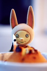 Ion Z explore the Financier-cur-Carambar (  Pounkie  ) Tags: portrait rabbit bunny cake toy toys kidrobot cupcake muffin urbanvinyl nourriture bouffe flocked gteau financier designertoy vinyltoy taramcpherson aliment ionz pounkiestoyscollection flockedanimal analienbunny ionzexplorethefinanciercurcarambar