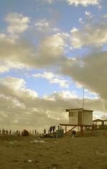 Playa (JuanVe) Tags: praia beach plasticbeach bañeros guardavidas trash pleaserecicle bin
