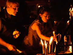 Candles (raspu) Tags: birthday thailand king buddha buddhist tailandia olympus mai thai rey wat chiang budist cumpleaos buda luang chedi budismo raspu