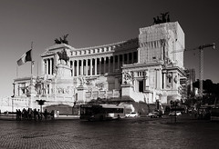 Piazza Venezia in Rome (- Carsten -) Tags: street city italien shadow summer vacation urban blackandwhite italy holiday rome roma building bus cars car weather stone wall architecture contrast blackwhite construction downtown italia afternoon stones fenster details columns himmel structure duplex stadt architektur duotone column walls schwarzweiss 2008 constructionsite stein rom fassade weltkulturerbe sulen itala historisch sule verzierung latium klassizismus stadtviertel schwarzundweiss stadtbezirk rebelxti canon400d monumentovittorioemanueleii classizism