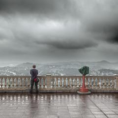 Viewpoint (Julio López Saguar) Tags: two españa man rain lluvia spain dos covered viewpoint euskadi hombre mirador par donostia guipuzcoa gipuzkoa monteigueldo sansebastián juliolópezsaguar coupletapado