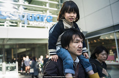 Weekend With Daddy!   パパとの週末! (francisling) Tags: family japan zeiss 35mm children square t 21 sony cybershot queens 日本 yokohama mm21 piggyback 家族 横浜 minato outing mirai sonnar 子供 みなとみらい 外出 rx1 クイーンズスクエア おんぶ dscrx1