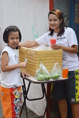buying orange juice (the foreign photographer - ) Tags: street orange woman thailand stand nikon child juice bangkok vendor selling buying khlong bangkhen thanon d3200 mar192016nikon