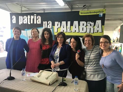 Despois do coloquio, as escritoras coas nosas bibliotecarias e mais con Teresa París