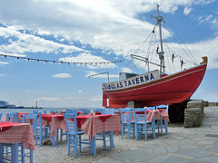 Taverna (duqueıros) Tags: blue red rot table island boot restaurant boat insel greece taverna blau tisch griechenland mykonos taverne duqueiros