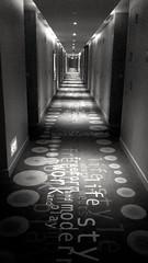 Escritura en perspectiva (Bonsailara1) Tags: blackandwhite blancoynegro alfombra writing carpet hotel singapore floor perspective rug perspectiva passage singapur pasillo bonsailara1