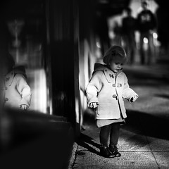 les ombres (sparth) Tags: seattle canon washington downtown shadows child daughter 85mm wa washingtonstate enfant noirblanc downtownseattle 85mm12l 5dmkii