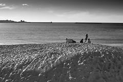 Saint-Jean-de-Luz (Herv KERNEIS) Tags: ocean blackandwhite bw playing france beach kids sand noiretblanc sable nb enfants plage paysbasque ocan jouer nikkor50mmf14 nikond700