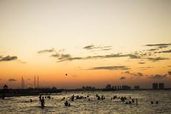 Atardece (Bren Hanna (Cable al Cielo)) Tags: sunset beach contraluz atardecer gente playa paisaje diversin