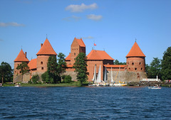 Island Castle, Trakai, Lithuania (Ferry Vermeer) Tags: orange castle architecture boats island day sailing gothic towers medieval clear keep medievaltimes romanesque isle cones baltics trakai gothicarchitecture litouwen lietuva sailingboats leedu litauen donjon  ducalpalace litwa troki romanesquearchitecture vilniaus vytautas galve litva lituanie galvlake trakaicastle litvanya liettua aukstaitija trakaiislandcastle islandcastle  balticregion  auktaitija kstutis  trakay galv litvnia  traksalospilis lakegalv castletrakai balticnations vilniausapskritis littlemarienburg vytautasthegreat  castleoftrakai  vilniuscounty defensetowers vytautasdidysis litaue trai
