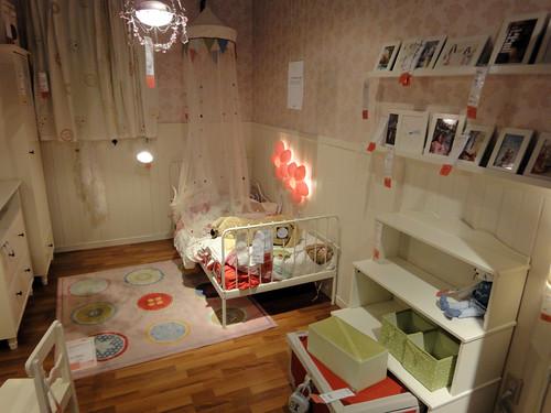 イケアの家具で作った姫系インテリアの部屋と題した写真