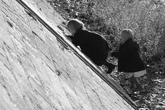 free climbing for twins (luca19632 - Luca Cortese) Tags: street girls bw france kids climb blackwhite twins play lyon bambini fiume lione streetphotography bn climbing childrens enfants juego francia filles ninas gemelle escalade jeu gioco subir jumeaux arrampicata rhone ninos gemelos sorelle argine bambine rodano