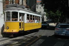 Su e gi per Alfama (Lisbona) (bezuchov) Tags: portugal nikon d70 nikond70 lisboa alfama lisbona portogallo yabbadabbadoo tramgiallo