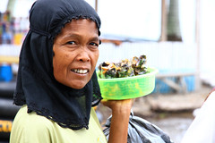 Portrait of a market woman in Padang, Indonesia. (cookiesound) Tags: trip travel vacation holiday travelling canon sumatra indonesia photography asia asien fotografie urlaub documentary destination canoneos indonesien reise travelphotography traveldiary reisefotografie reisetagebuch westsumatra canoneos7d cookiesound nisamaier reisedokumentation ulrikemaier ullimaier traveldocumentyray