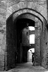 Siena, vicolo delle carrozze. (ManuPo) Tags: winter blackwhite italia arch shadows noiretblanc bn ombre vicolo inverno arco medievale bew bianconero mattoni