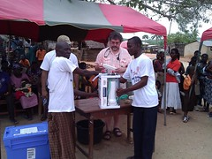 "The director of Cheerful Hearts presents the water purification machine to the chief of the Akufful Krodua village • <a style=""font-size:0.8em;"" href=""http://www.flickr.com/photos/48668870@N02/7097175887/"" target=""_blank"">View on Flickr</a>"