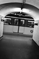 Srie Mtro parisien (petitlu aussi sur facebook) Tags: paris underground mtro nb porte passage srie rame couloir iphone parisien pench iphonographie