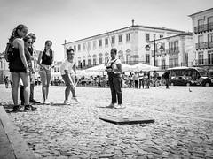 jogo da malha (Vitor Pina) Tags: street city cidade portrait people urban man streets men monochrome contrast portraits photography pessoas moments outdoor streetphotography urbano rua scenes pretoebranco momentos