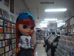 Na livraria, Aisha faz pesquisas de moda!!