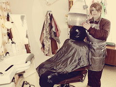 Friseurtermin im Winter - hairdressing appointment in winter (Martina & Lisi) Tags: hair apron cape nylon hairdressing schürze hairfetish parkasite glosssuit